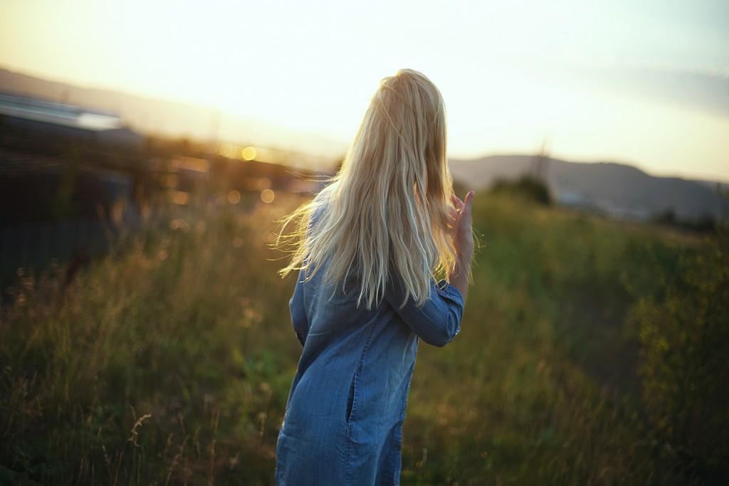 selbstvertrauen_selbstbewusstsein_tipps_jeanskleid_H&M_klassisch-Sommerfeld_fotografie_gegenlicht_baunatal_kassel_blog_2