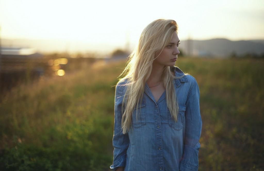selbstvertrauen_selbstbewusstsein_tipps_jeanskleid_H&M_klassisch-Sommerfeld_fotografie_gegenlicht_baunatal_kassel_blog_liebe dichselbst_blond