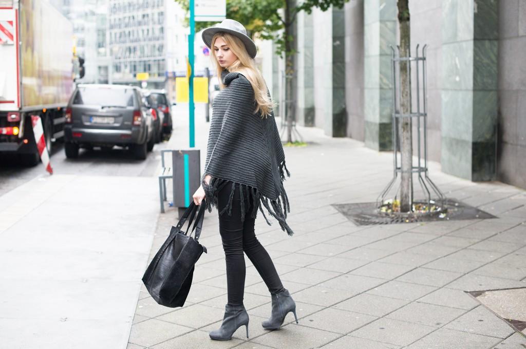 grey poncho new look_grey hat new look_black leather bag river island_frankfurt streetstyle_modeblog aus kassel_modeblog kassel_fashionblog deutschland