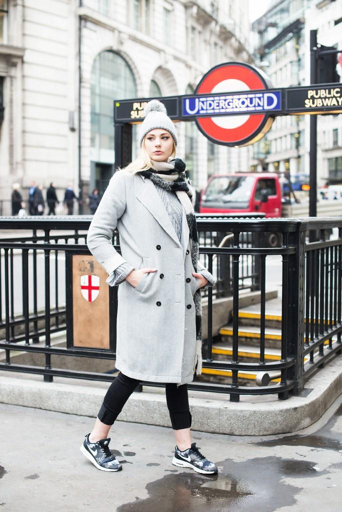 london_underground_streetstyle london_topshop mütze_topshop bommelmütze_mantel vila_modeblog kassel