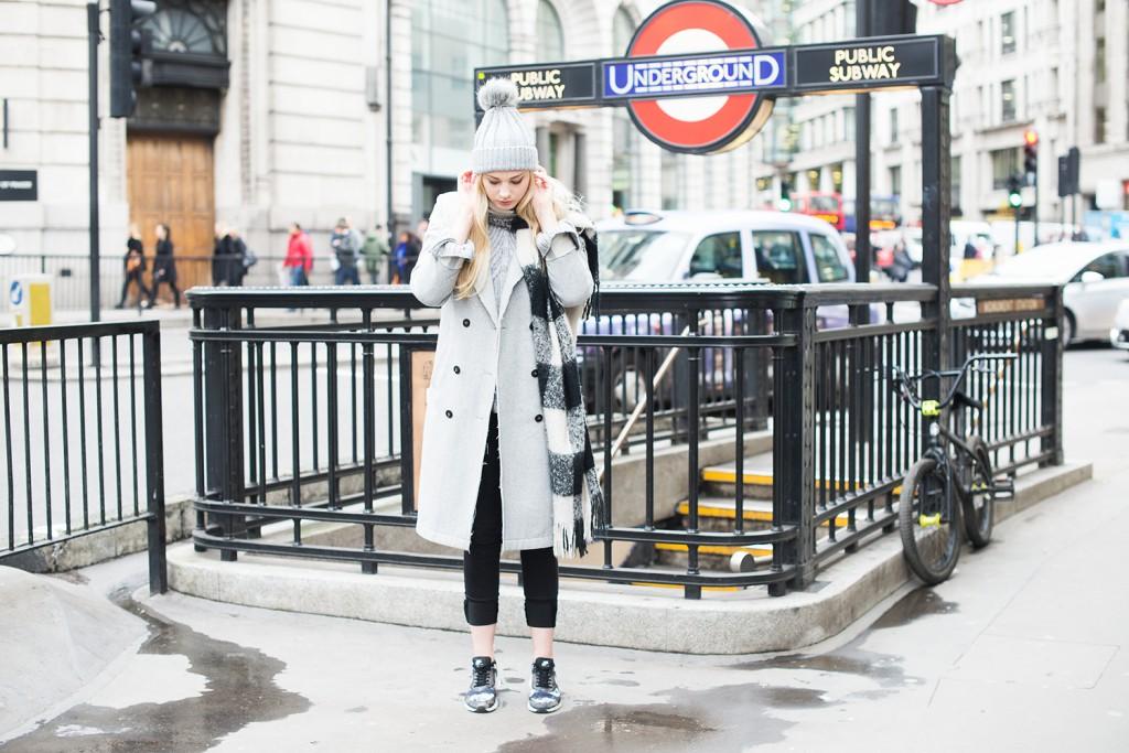 london_underground_streetstyle london_topshop mütze_topshop bommelmütze_mantel vila_modeblog kassel_winterlook