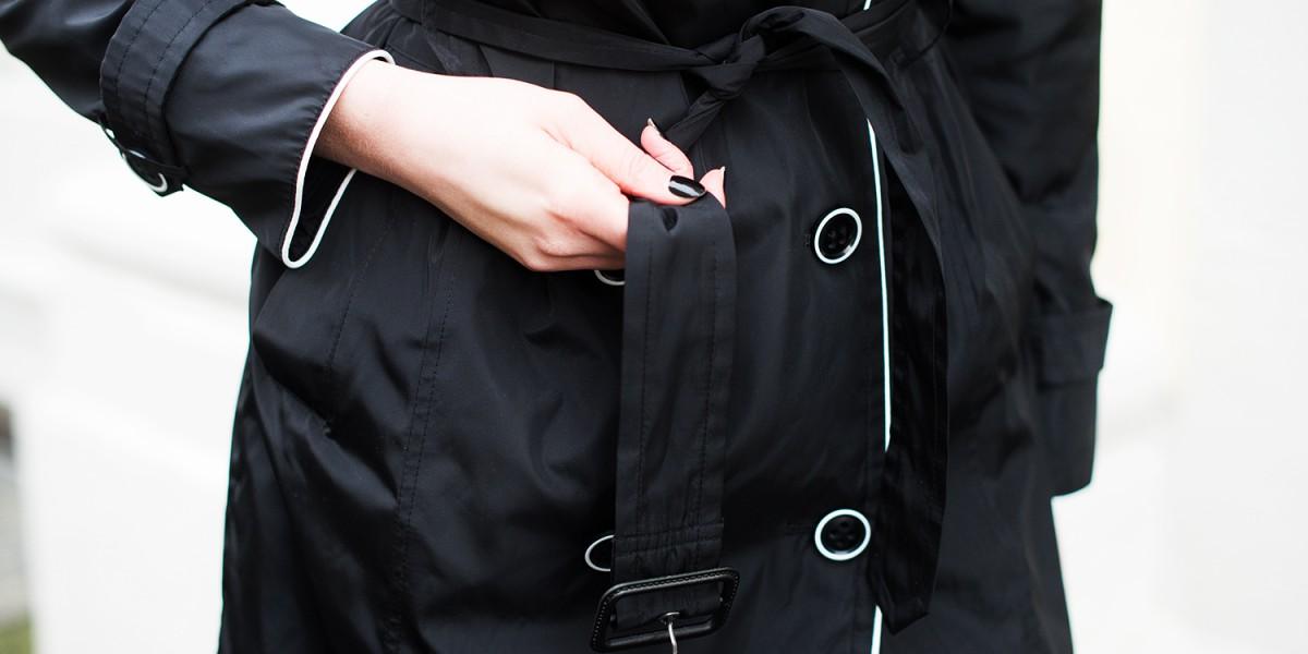Stylischer Mantel für Regenwetter: Schwarz-weißer Trenchcoat von ...