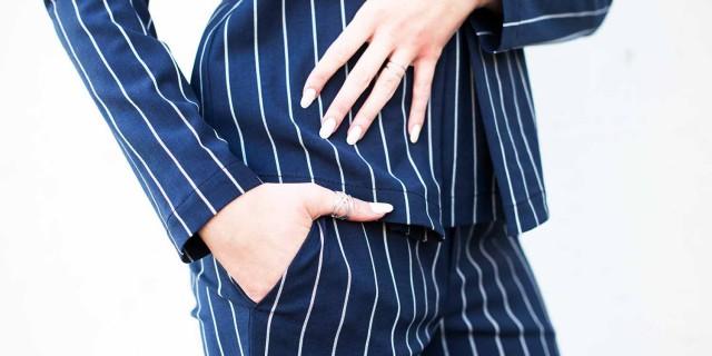 strenesse_oberteil blau weiß_blau weiß hose oberteil_strenesse blog_kiamisu_modeblog aus kassel_hallhuber pumps hautfarben_portrait_detail