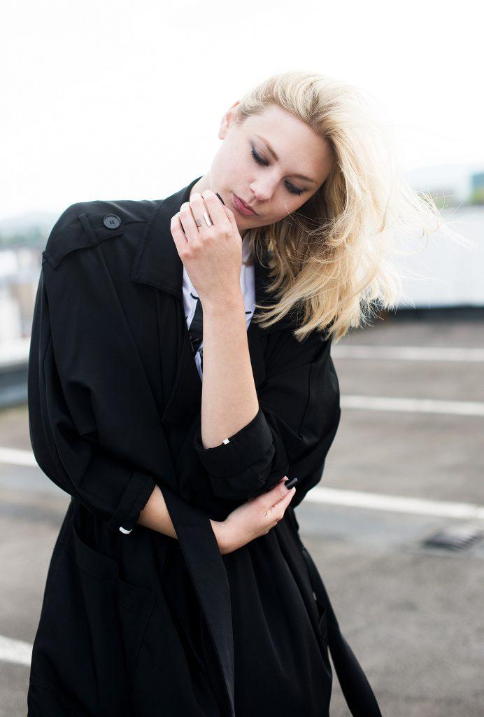 metallic sneaker silber alba moda_kiamisu_modeblog_calvin klein shirt weiß_kiamisu