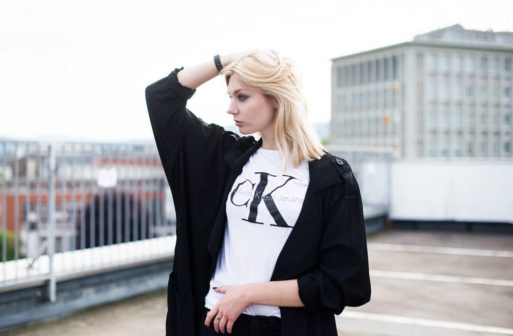 metallic sneaker silber alba moda_kiamisu_modeblog_calvin klein shirt weiß_kiamisu_kim