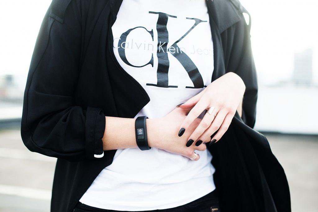 weißes calvin klein shirt_metallic sneaker silber alba moda_kiamisu_modeblog_